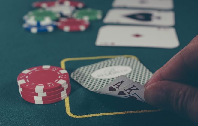 トランプとカジノチップ