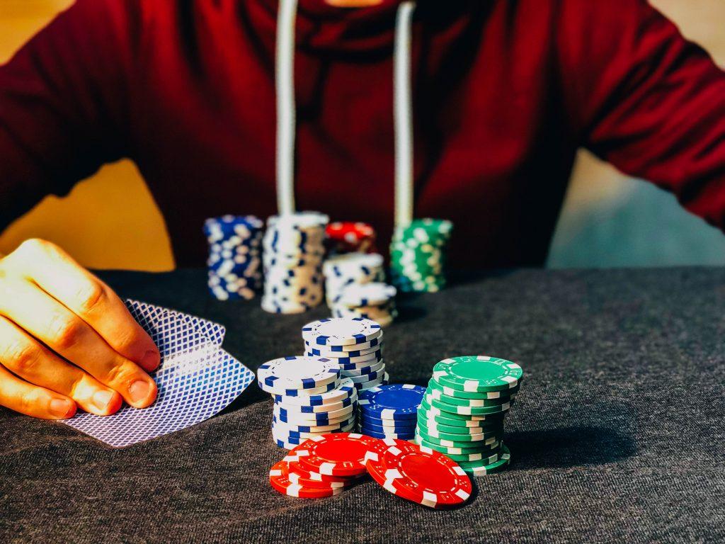 ポーカーをプレイしている人
