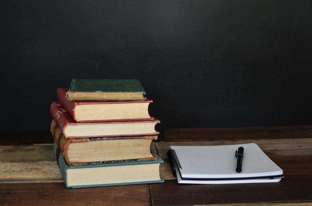 本のノートとペン